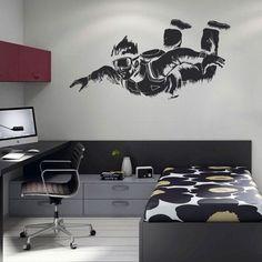 Sticker decorativo paraquedista é indicado para um estilo de decoração alternativo e irreverente. Dê asas à sua imaginação e decore com vinil autocolante de desporto indicado para os quartos dos jovens da casa.