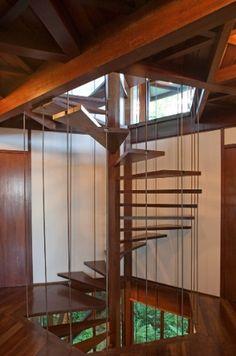 De madeira, casa dos anos 90 é vanguardista e respeita o solo e as árvores