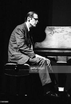 Jazz pianist Bill Evans performs on stage at the Newport Jazz Festival on July 2 1967 in Newport Rhode Island Jazz Artists, Jazz Musicians, Music Do, Music Songs, Newport Jazz Festival, Songs Of Innocence, Natalie Cole, Bill Evans, Cool Jazz