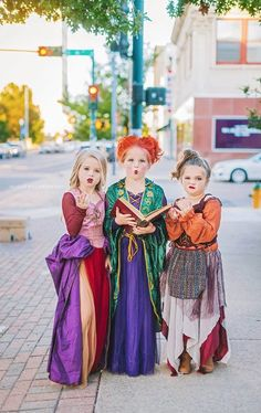Texas Sisters Dress Up as the Hocus Pocus Witches for Halloween - See the Adorable Photos - Women Style Ideas Hocus Pocus Halloween Costumes, Little Girl Halloween Costumes, Sister Costumes, Cute Costumes, Halloween Kids, Halloween Party, Halloween Movies, Witch Costumes, Halloween Makeup
