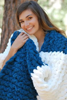 Great pattern for beginners just learning to knit! Super easy, one stitch, and 4 color changes. See also Plush Scarf LOOM: … Loom Knitting Blanket, Loom Blanket, Afghan Loom, Loom Knitting Stitches, Giant Knitting, Hand Knit Blanket, Knifty Knitter, Loom Knitting Projects, Arm Knitting