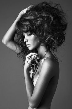 Very curly hair with a lot of volume. She looks amazing. #MINMAXBeauty  #longhair #beauty