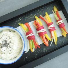 Majonez od indijskog oraha poslužen uz smotuljke od paprike.