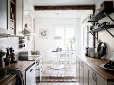 Koti Puolassa - A Home in Poland       Tässä modernisti sisustetussa kodissa on paljon kiinnostavia yksityiskohtia: kaunis kalanruotoparke...