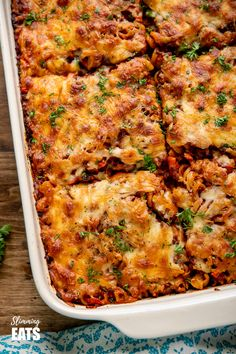 This Mouthwatering Syn Free Bolognese Pasta Bake will impress the whole family - rich bolognese meat sauce coated pasta topped with delicious cheesy goodness. Slimming World Pasta Bake, Slimming World Vegetarian Recipes, Slimming Eats, Healthy Recipes, Slimming Word, Chicken And Bacon Pasta Bake, Easy Chicken Dinner Recipes, Easy Pasta Recipes, Cooking Recipes
