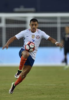 Chile's Alexis Sanchez controls the ball during the Copa America Centenario football tournament match against Bolivia in Foxborough, Massachusetts, United States, on June / AFP / Hector RETAMAL Good Soccer Players, Football Players, Kylie Jenner, Messi, Alexis Sanchez, Copa America Centenario, Baskets, Football Tournament, International Football