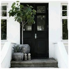 Så snyggt med en svart ytterdörr. Måla med Caparol Fönsterfärg! Foto lånat från @lovewarriors #bohe - trend4home