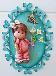 Quadro oval de mdf, decorado com menina em biscuit.  Ótima opção para decoração de quarto infantil.  Tamanho:  -Menina com balão - 30 x 22 x 5  -Menina com flores amarelas - 29 x 20 x 5  -Menina com passarinho - 30 x 22 x 5  -Menina com Cesta de flores azuis - 29 x 20 x 5  -Menina com vasinho de ...