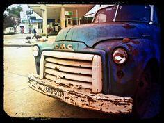 un auto estacionado en una plaza desconocida de uruguay
