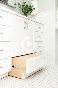 Dans ce remodelage, notre objectif était d'apporter le beau paysage et de rendre chaque espace plus léger et plus lumineux! Découvrez comment nous avons transformé les 3 pièces les plus utilisées de la maison de cette famille et les avons passées de sombre à fraîche et lumineuse! Bathroom Vanity Stool, Vanity Cabinet, Bathroom Cabinets, Bathroom Flooring, Bathroom Vanities, Bathroom Vanity With Drawers, Bathroom Shelves, Bathroom Storage, Nautical Bathrooms