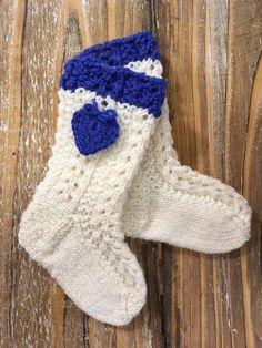 Päätimme kantaa oman kortemme kekoon Suomi 100 -juhlavuoden vauvojen sukkakeräykseen.  Näissä sukissa on Heidin suunnittelema ja neuloma pi...