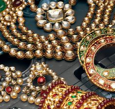 Happiness comes in all shapes and sizes. Definitely yes, and jewelry is the best example of it. Pakistani Jewelry, Indian Wedding Jewelry, Indian Bridal, Indian Jewelry, Bridal Jewelry, Indian Weddings, Asian Inspired Wedding, Indian Look, Indian Style