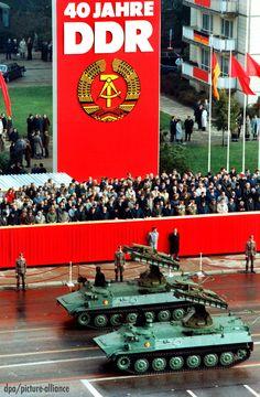 40 Jahre DDR: NVA-Panzer rollen bei der Militärparade durch Ost-Berlin