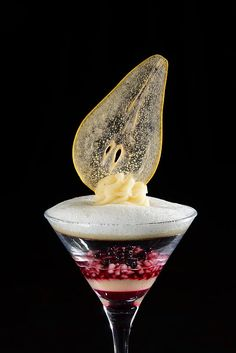 Poached pear cocktail with absinthe, elderberry jelly, and vanilla foam (recipe in French)