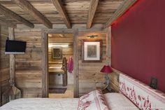 En retrait et au calme, la chambre été installée dans la partie basse du chalet.