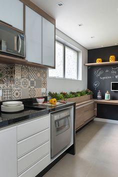 Apartamento, decoração de apartamento, decoração moderna. Na cozinha, parede lousa, plantas e potes.
