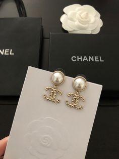 Chanel CC LOGO metal round pearl dangle earrings - Chanel CC LOGO dangle earrings – LL Bazar - Chanel Jewelry, Luxury Jewelry, Fashion Jewelry, Cute Jewelry, Gold Jewelry, Jewelry Accessories, Jewellery, Pearl Jewelry, Silver Earrings
