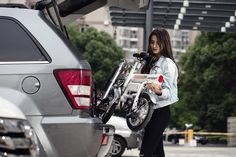 Airwheel R6 smart electric assist bicycle folding volume is only equivalent to a suitcase, and it can be put into the car trunk.