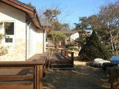 잘꾸민 정원의 아름다운 조화된 산아래 전원주택 - Daum 부동산 Patio, Outdoor Decor, House, Home Decor, Homemade Home Decor, Yard, Terrace, Home, Haus