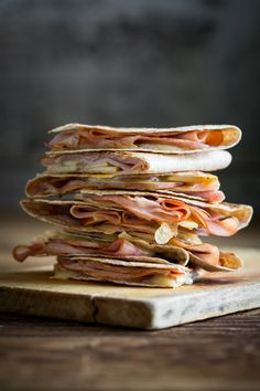 Move over mac and cheese, these Apple, Ham and Cheddar Quesadillas are about to become every kid's new favorite meal. They are ready in 15 minutes and easy for the busy back to school season. Honey Recipes, Wrap Recipes, Apple Recipes, Snack Recipes, Quesadillas, Fall Dinner Recipes, Fall Recipes, Dinner Ideas, Queso Cheddar
