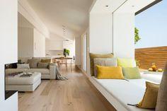 Sofas tapizados de lino / Salón con pavimento de roble  / Un dúplex para unas vacaciones en el centro de la ciudad #hogarhabitissimo #naturaldeco