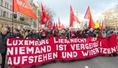 """""""Niemand ist vergessen""""!  Linke Gruppen demonstrieren am 12. Januar 2014 auf der Frankfurter Allee in Berlin zum Gedenken an  Rosa Luxemburg und Karl Liebknecht . Die beiden Kommunistenführer waren am 15. Januar 1919 von rechten Freikorps-Soldaten in Berlin erschossen worden - und avancierten in der DDR zu zentralen Helden der Revolution. Auch wenn die SED nur wenig von Rosa Luxemburgs berühmtem Diktum """"Freiheit ist immer Freiheit der Andersdenkenden"""" hielt."""