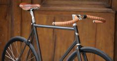 black bike with brown saddle and bar tape Fixi Bike, Bicycle Store, Fixed Gear Bicycle, Urban Bike, Velo Vintage, Vintage Bicycles, Velo Cargo, Garage Bike, Push Bikes