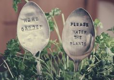 5 DIY Eco-Friendly Garden Recycling Projects - Recycle Old Silverware - Diy & Crafts Ideas Magazine Plant Markers, Garden Markers, Herb Markers, Metal Crafts, Diy Crafts, Adult Crafts, Garden Projects, Diy Projects, Recycling
