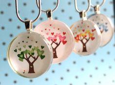 Liebe Bloom Collection - Green Spring, rot Sommer, gelbe Herbst, blau Winter - Circle-Glas-Fliesen-Anhänger - Inserat für eine