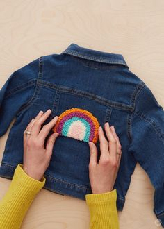 Punch needle patches: Cute, cozy projects for cold nights - Think. - Punch needle patches: Cute, cozy projects for cold nights - Diy Sewing Projects, Knitting Projects, Knitting Ideas, Embroidery Patterns, Sewing Patterns, Embroidery Hoops, Patches, Punch Needle Patterns, Diy Mode