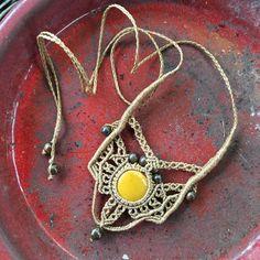 Gloire jaune : Artisanal collier macramé par MamamacrameJewellery
