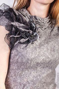 Купить или заказать Валяное платье 'Черная Лилия' в интернет-магазине на Ярмарке Мастеров. Платье выполнено из микса нежного Шетланда и шелка, что делает его мягким и приятным к телу. Декорировано черным кружевом (застежка, низ платья) и шифоновыми лентами (на рукавах). Спереди украшено крупным бисером и сборками. Подойдет как и для повседневной носки (для смелой бизнес-леди), так и для праздничных, деловых вечеров. В комплекте брошь-цветок.