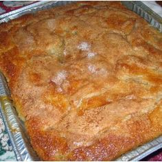 Old Fashioned Peach Cobbler Recipe. Uses canned peaches (or 8 - 10 fresh peaches, boiled and skinned and pitted). Just Desserts, Delicious Desserts, Yummy Food, Dessert Healthy, Old Fashioned Peach Cobbler, Old Fashioned Strawberry Cobbler Recipe, Cake Candy, Dessert Crepes, Peach Cobblers