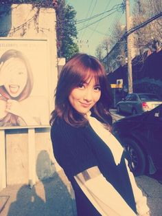 KARA's Jiyoung shows fans an outfit from her new college wardrobe