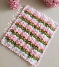 Photo above © Serpilin lif sepeti This crochet pattern / tutorial is available for free. Crochet Blanket Tutorial, Crochet Blanket Patterns, Baby Blanket Crochet, Crochet Baby, Knitting Patterns, Puff Stitch Crochet, Gilet Crochet, Crochet Stitches, Crochet Potholders