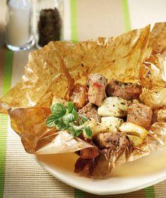 Ένα απίθανο παραδοσιακό φαγητό με μίγμα από χοιρινό και αρνίσιο κρέας συνδυασμένο με τυρί και μυρωδικά που ψήνεται στη λαδόκολλα. Εδώ είναι λίγο πειραγμένο, κι έτσι αντί για κεφαλογραβιέρα είναι φτιαγμένο με χαλούμι και κάμποσα μυρωδικά.