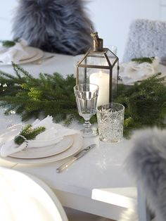 Pretty winter themed table decor with lantern from tinekhome.com