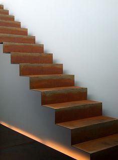 ouvrir l'escalier. Une couleur / matière différente entre les marches et le côté ?