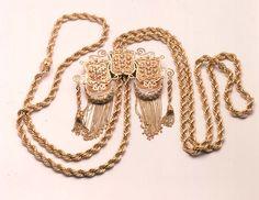 الحلي التقليدي الجزائري Gold Jewelry, Jewelry Accessories, Jewelry Center, Ancient Jewelry, Gold Coins, Cloth Bags, Tassel Necklace, Jewelry Watches, Jewels