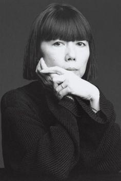 Rei Kawakubo es una diseñadora de modas japonesa y fundadora de Comme des Garçons. Nunca estudió como diseñadora de modas y se graduó como Licenciada en Filosofía y Letras en la Universidad de Keiō en Tokio. Luego de graduarse en 1964, trabajó en una compañía textil como estilista freelance en 1967. En 1969 funda su empresa Comme des Garçons, dedicado exclusivamente a la moda femenina.