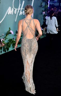 Jennifer Lawrence wore a Atelier Versace couture metallic draping chain-embellished dress to the UK premiere of 'Mother!' in London (III) Jennifer Lawrence Tumblr, Jennifer Lawrence Hot Body, Jennifer Laurence, Come Undone, Katniss Everdeen, Atelier Versace, Beautiful Gowns, Hollywood Actresses, Sexy Dresses