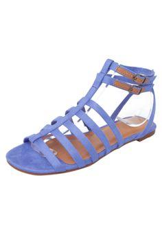 A Rasteira Gladiadora Via Mia azul é confeccionada em material sintético. Tem acabamento acamurçado e tira regulável no tornozelo. Conta também, com interior sintético, palmilha macia e solado em borracha.