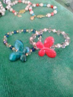 Mariposas! hechas con material reciclado de viejos collares y pulseras