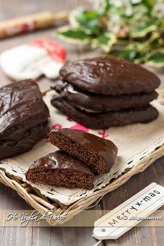 Mostaccioli napoletani tradizionali al cioccolato, dolci natalizi campani a forma di rombo con miele e ricoperti di cioccolato o glassa. Facili da preparare