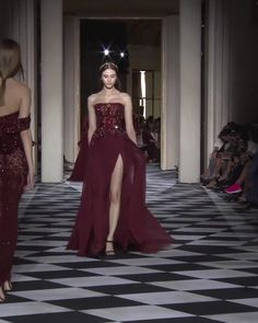 Stunning Embellished Burgundy Strapless Slit Sheath Tulle Evening Maxi Dress / Evening Gown with small Train. Couture Fall Winter Collection Runway by Zuhair Murad Evening Dresses, Prom Dresses, Formal Dresses, Long Dresses, Elegant Dresses, Pretty Dresses, Couture Fashion, Fashion Show, Prom Dress Couture