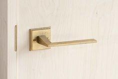 『MATUREWARE by FUTAGAMI』はFUTAGAMIの建築金物に特化した新ブランドです。建築金物を意味する『hardware』の'hard'を【熟成した】という意味を持つ'mature'という言葉に置き換え、【熟成する金物】『MATUREWARE』という造語をブランド名にしました。FUTAGAMIの特徴である『真鍮鋳肌』の経年変化を楽しめる、人と場所に馴染んでいく建築金物シリーズです。#ドアノブ #レバーハンドル #真鍮