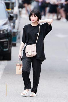 Fashion Idol, Kpop Fashion, Korean Fashion, Fashion Outfits, Airport Fashion, G Friend, Airport Style, Korean Singer, Simple Style