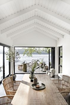 An Effortlessly Stylish and Relaxed Summer Vibe from House Doctor House styles Let's Celebrate Summer with this Awe-Inspiring and Effortlessly Stylish Outdoor Space - NordicDesign House Doctor, Style At Home, Modern Lake House, House By The Lake, House And Home, Modern Beach Houses, Modern Beach Decor, Ideal House, Contemporary Houses
