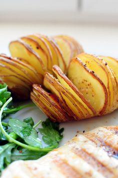 Couper vos pommes de terre le plus finement possible, arroser d'huile d'olive, assaisonner avec de la fleur de sel et du poivre. Ajouter de l'ail, du thym, bref, parfumer à votre envie et enfourner à four très chaud pour moi 210°C pendant 40 à 50 minutes, en tous les cas, vérifier la cuisson à l'aide d'un couteau et si vous le pouvez arrosez avec l'huile de cuisson régulièrement !