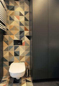 Kafelki w geometryczne wzory, czarna łazienka, nowoczesna łazienka. Zobacz więcej na: https://www.homify.pl/katalogi-inspiracji/25471/kolorowe-kafelki-w-lazience-7-inspirujacych-aranzacji